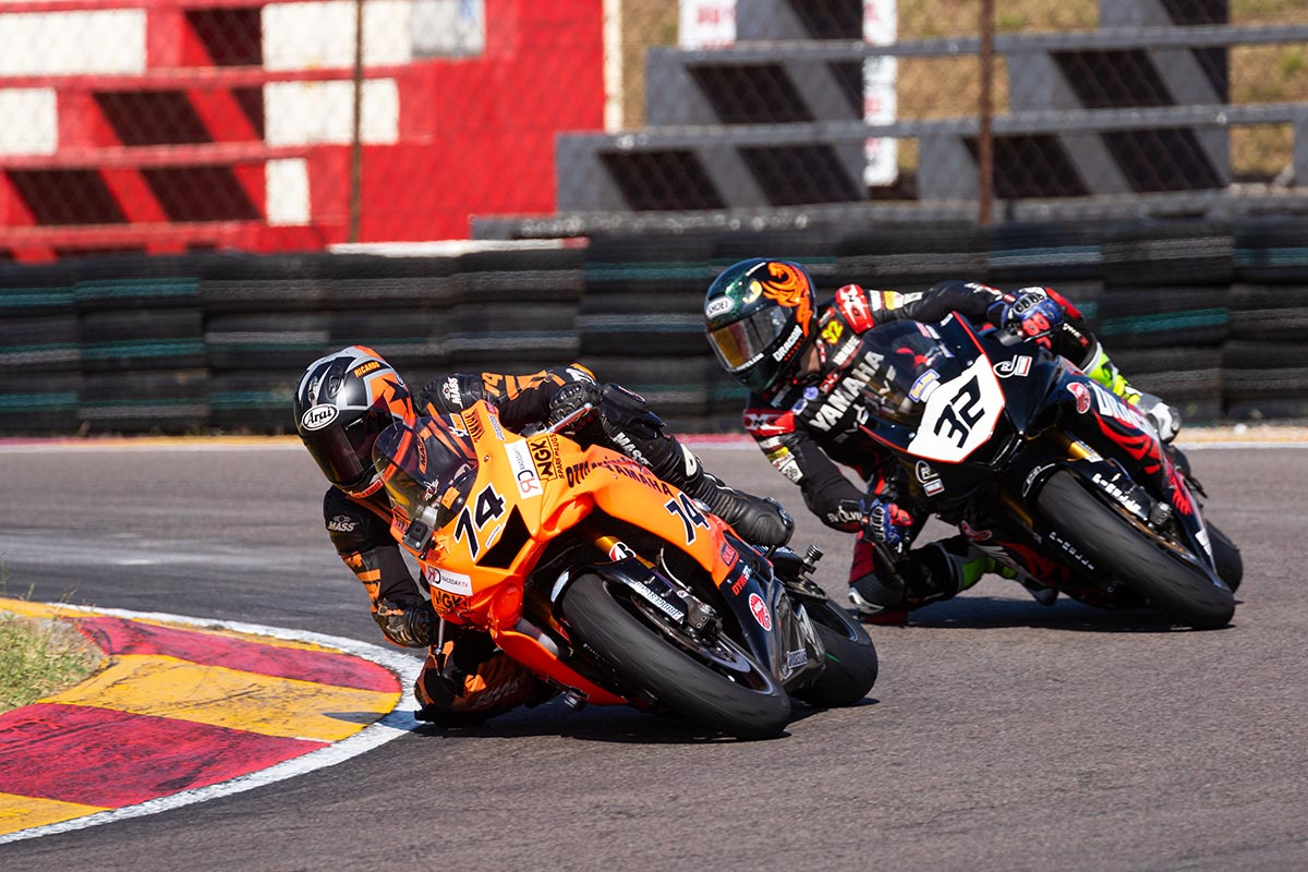 Ricardo Otto and Taric van der Merwe fight for the SuperSport 600 win